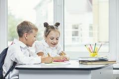 Härliga barn är studenter tillsammans i ett klassrum på set Royaltyfri Foto