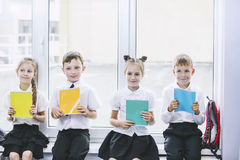 Härliga barn är studenter tillsammans i ett klassrum på set Royaltyfri Fotografi