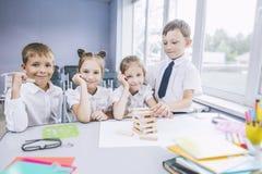 Härliga barn är studenter tillsammans i ett klassrum på set Royaltyfri Bild