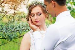 Härliga barnpar i olivträden bröllop royaltyfri foto