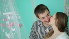 Härliga barnpar med ett nyfött behandla som ett barn lager videofilmer