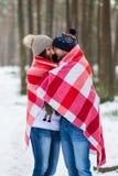 Härliga barnpar som går i den snöig vintern Forest Embrace royaltyfria bilder