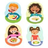 Härliga barns tyckande om sunda lunch i kafeteria royaltyfri illustrationer