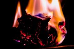 Härliga begreppsflammor Brand på brännskadapapper med svart bakgrund Arkivfoto