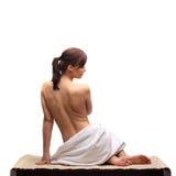Härliga ben för kvinnlig kropp med den kosmetiska behållaren bowlar och lagar mat med grädde Royaltyfri Foto