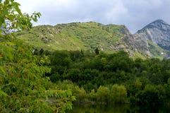 Härliga berg i vår Arkivfoto