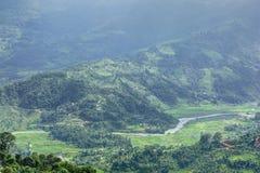 Härliga berg och flod i den Pokhara dalen Arkivfoton