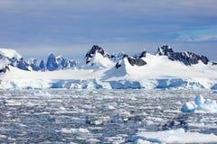 Härliga berg och isisflak, antarktisk halvö arkivbilder