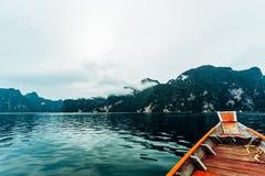 Härliga berg och naturliga dragningar för flod i den Ratchaprapha fördämningen Royaltyfria Foton