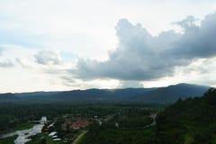 Härliga berg och solnedgång på Khun Dan Dam Prakarnchon Dam Fotografering för Bildbyråer
