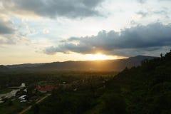 Härliga berg och solnedgång på Khun Dan Dam Prakarnchon Dam Royaltyfri Fotografi