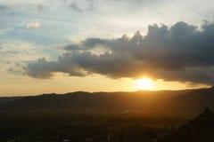 Härliga berg och solnedgång på Khun Dan Dam Prakarnchon Dam Arkivbilder