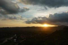 Härliga berg och solnedgång på Khun Dan Dam Prakarnchon Dam Royaltyfri Bild