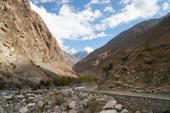 Härliga berg och vägen till Phandar sjön nordliga Pakist Arkivbild