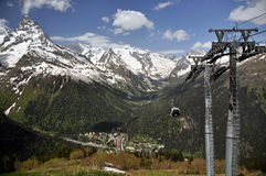 härliga berg Sikt av skidliften Arkivfoto