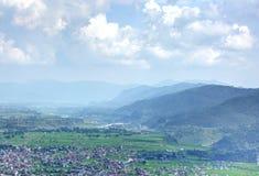 Härliga berg som begränsar pokharastaden Arkivbild