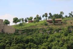 Härliga bergiga delar och träd nära Veliko Tarnovo från Tsarevets till Trapezitsa Arkivfoto