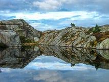 Härliga bergreflexioner Arkivfoto