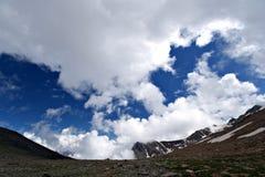 härliga blåa caucasus clouds bergskywhite Fotografering för Bildbyråer