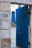 Härliga blåa dörrar för stenentryway arkivfoton