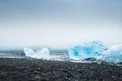 Härliga blåa isberg på kusten av Atlanticet Ocean Royaltyfria Foton