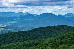 Härliga blåa Ridge Mountains på en molnig dag fotografering för bildbyråer