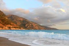 Härliga blåa turkosvågor Arkivfoton