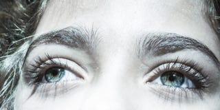 Härliga blåaktiga gröna ögon på ung flicka royaltyfri bild