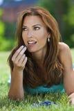 härliga blåbär som äter den utvändiga kvinnan Arkivbilder