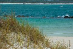 Härliga blått bevattnar, sand dyner Fotografering för Bildbyråer
