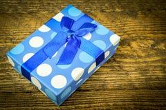Härliga blått som en gåva med blått pryder med pärlor på en träbakgrund Arkivbilder