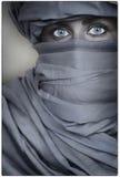 Härliga blått synad kvinnakvinnlig som bär en skyla Royaltyfri Fotografi