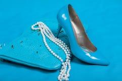 Härliga blåttskor och handväska, pärlor Royaltyfri Bild