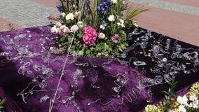 Härliga blom- garneringar i den gamla Liberty Square, Timisoara, Rumänien 1 stock video