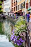 Härliga blomkrukor längs kanalerna i Annecy, Frankrike som är bekant Royaltyfria Bilder