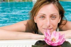 härliga blommalotusblommar pool kvinnabarn Royaltyfria Foton