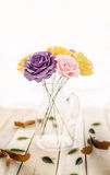 Härliga blommor i vas på tabellen Royaltyfria Foton