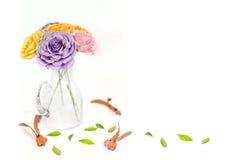 Härliga blommor i vas på tabellen i rum Fotografering för Bildbyråer