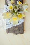 härliga blommor Kvinnors för mars 8 kort för dag Bukettsnödroppar på träbakgrund Arkivbild