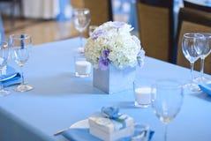 Härliga blommor och stearinljus på tabellen i bröllopdag Blå färggarneringbordduk Fotografering för Bildbyråer
