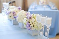 Härliga blommor och stearinljus på tabellen i bröllopdag Blå färggarneringbordduk Arkivfoton