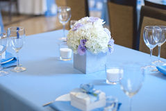 Härliga blommor och stearinljus på tabellen i bröllopdag Blå färggarneringbordduk Arkivbild
