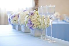 Härliga blommor och stearinljus på tabellen i bröllopdag Blå färggarneringbordduk Royaltyfri Fotografi
