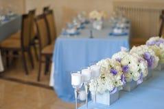 Härliga blommor och stearinljus på tabellen i bröllopdag Blå färggarneringbordduk Arkivfoto