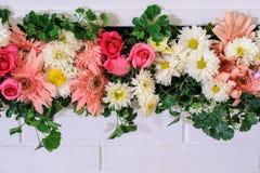 Härliga blommor på mitt av ramväggen som dekorerar, i att gifta sig bakgrunden royaltyfri bild