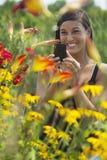 härliga blommor som fotograferar kvinnabarn Arkivbilder