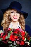 härliga blommor som ler kvinnan royaltyfri fotografi
