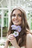 härliga blommor som ler kvinnan Arkivbild