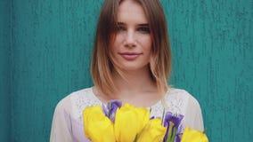härliga blommor som rymmer kvinnan stock video