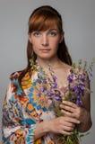 härliga blommor som rymmer kvinnan Kvinnlig modellstudiostående r Fotografering för Bildbyråer